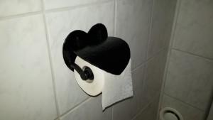 toalettpappershållaren på plats